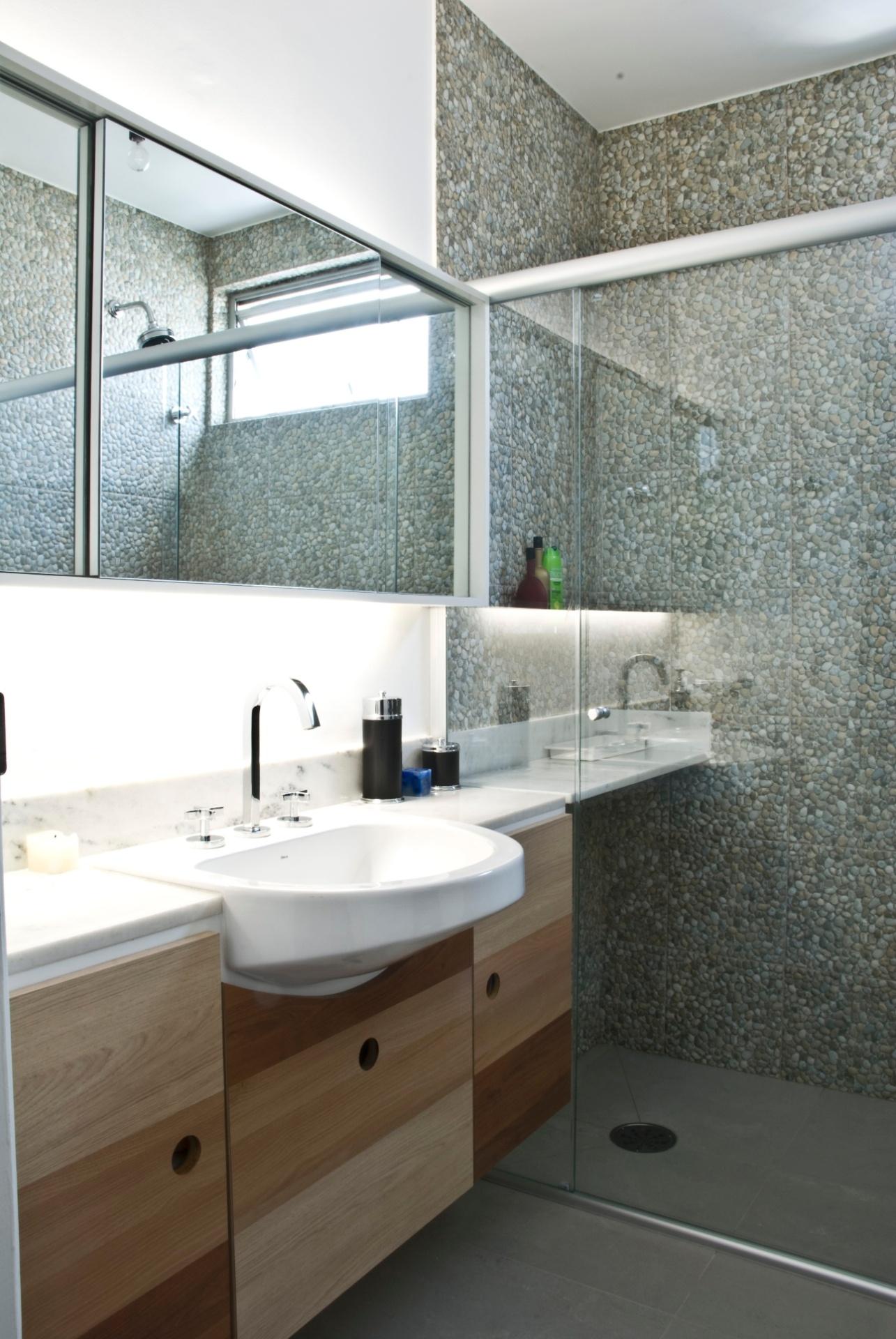 Um dos banheiro da casa reformada pelo escritório Arqdonini com 4 37  #5B4733 1285x1920 Banheiro Bancada Porcelanato