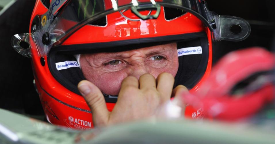 23.nov.2012 - Michael Schumacher é flagrado dentro de sua Mercedes nos boxes antes de ir para a pista no primeiro treino livre para o GP Brasil