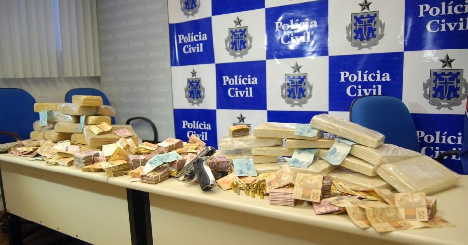 23.nov.2012 - A Polícia Civil realizou a maior apreensão de cocaína do ano no Estado da Bahia, nesta sexta-feira (23) em Salvador. No total, 33 kg da droga foram encontrados no bairro de Engomadeira. Na casa dos traficantes os policiais também apreenderam dinheiro, uma pistola e quatro carros