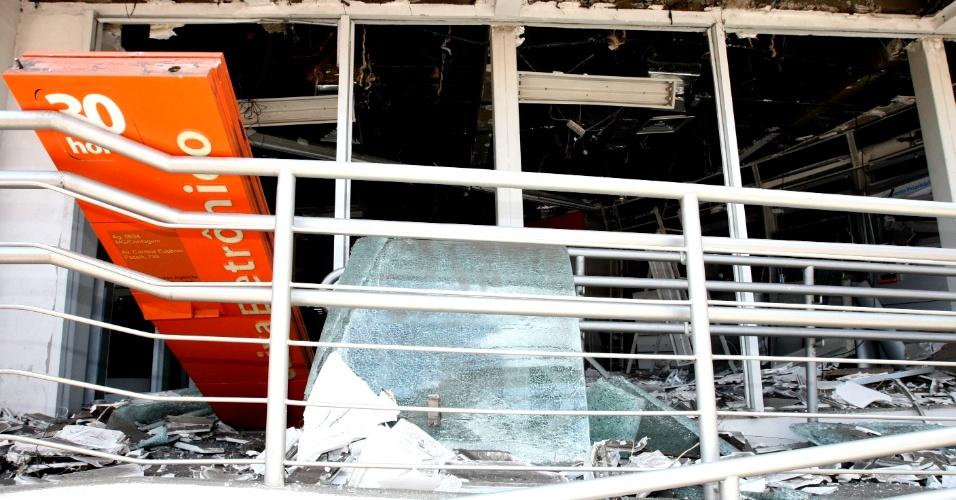 23.nov.2012 - Agêcia bancária ficou com a fachada destruída após tentativa de roubo de caixa eletrônico, nesta sexta-feira (23) em Contagem, região metropolitana de Belo Horizonte. Segundo a Polícia Militar (PM), os bandidos não conseguiram acessar o dinheiro