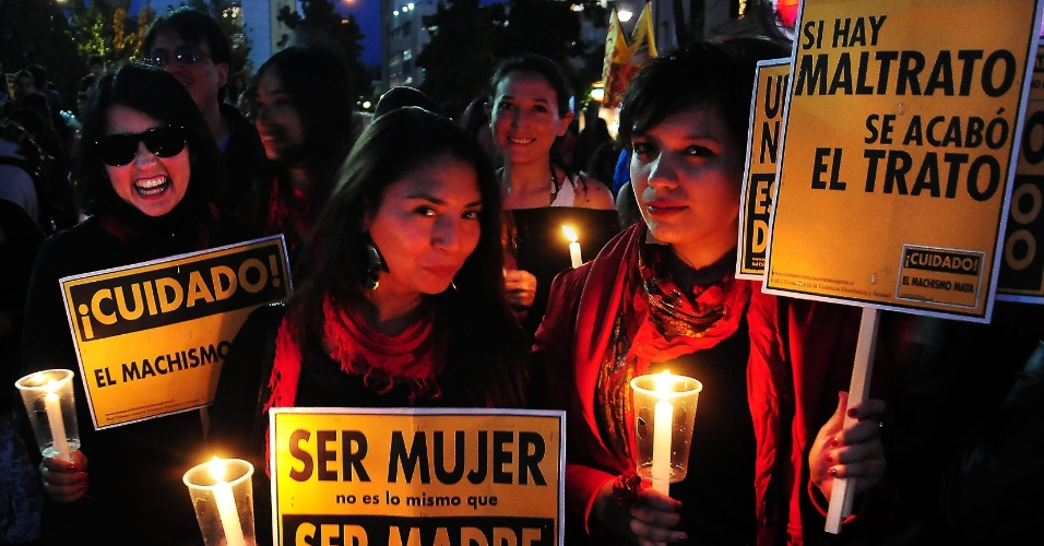 23.nov.2012 - Chilenas exibem cartazes com mensagens de protesto durante manifestação em Santiago (Chile) pela igualdade de gêneros e pela erradicação da violência contra as mulheres