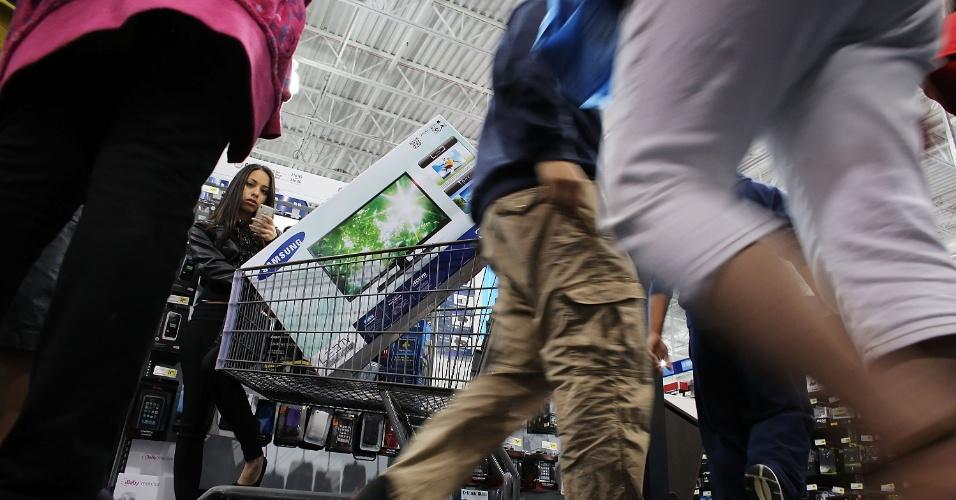 23.nov.2012 - Compradores percorrem loja em Naples, na Flórida (EUA), atrás das ofertas da Black Friday, sexta-feira que marca o ínicio das compras de Natal no país e que oferece ótimos preços logo após o dia de Ação de Graça, comemorado pelos americanos