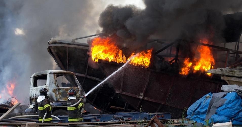 23.nov.2012 - Equipe do Corpo de Bombeiros tenta controlar incêndio que destruiu cerca de dez barcos no patio de uma empresa no km 23 da rodovia Imigrantes, nesta sexta-feira (23) em São Paulo