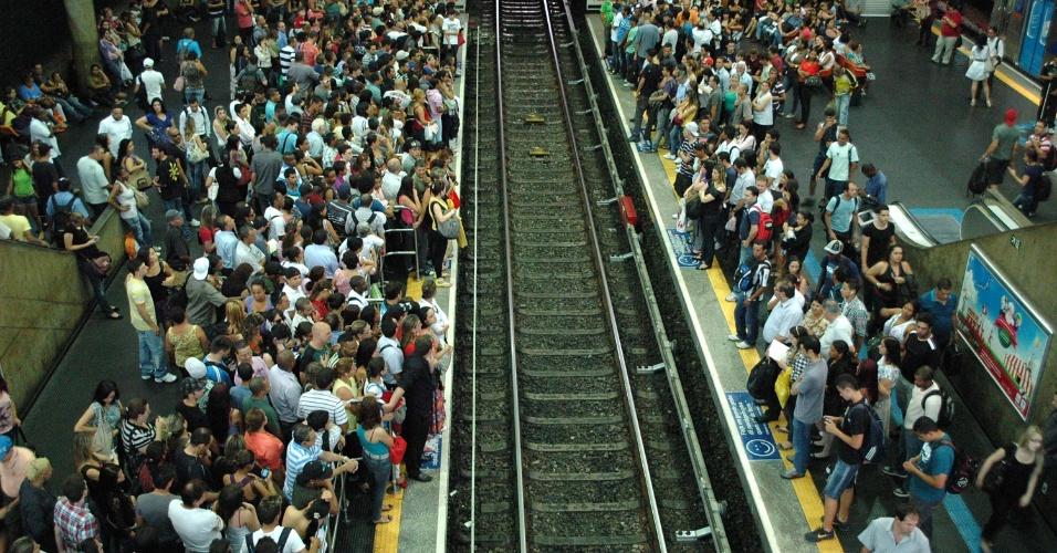 23.nov.2012 -   Falha na sinalização da linha 3-vermelha do metrô - na estação Barra Funda- zona oeste de São Paulo, atrasa a circulação de trens e deixa as plataformas lotadas de passageiros, nesta sexta-feira (23)