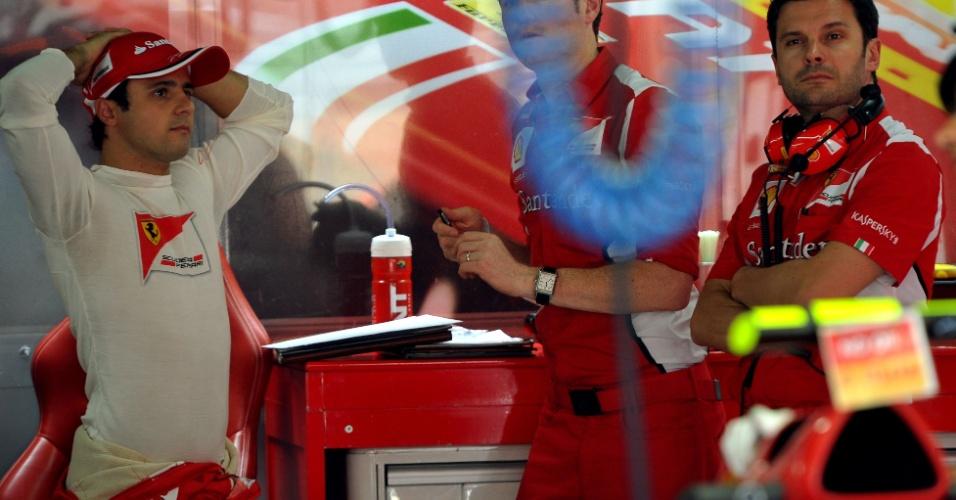 23.nov.2012 - Felipe Massa descansa nos boxes da Ferrari durante disputa de treino livre para o GP do Brasil