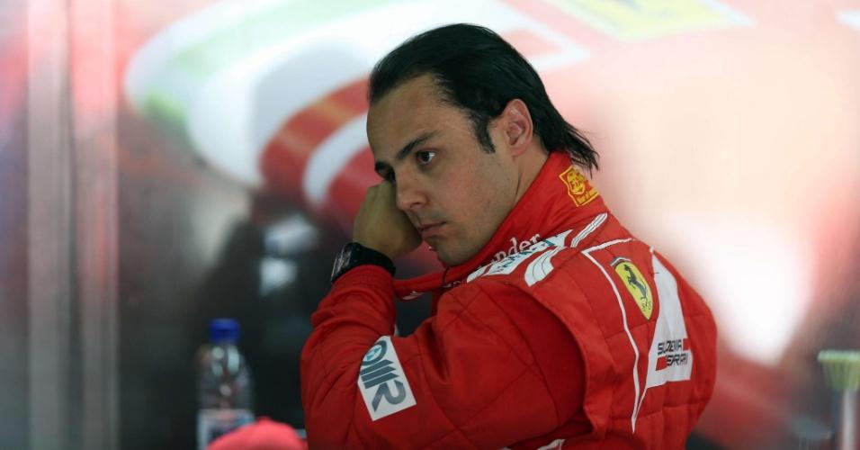 23.nov.2012 - Felipe Massa é fotografado no box da Ferrari durante o primeiro treino livre em Interlagos; brasileiro rodou no final da sessão