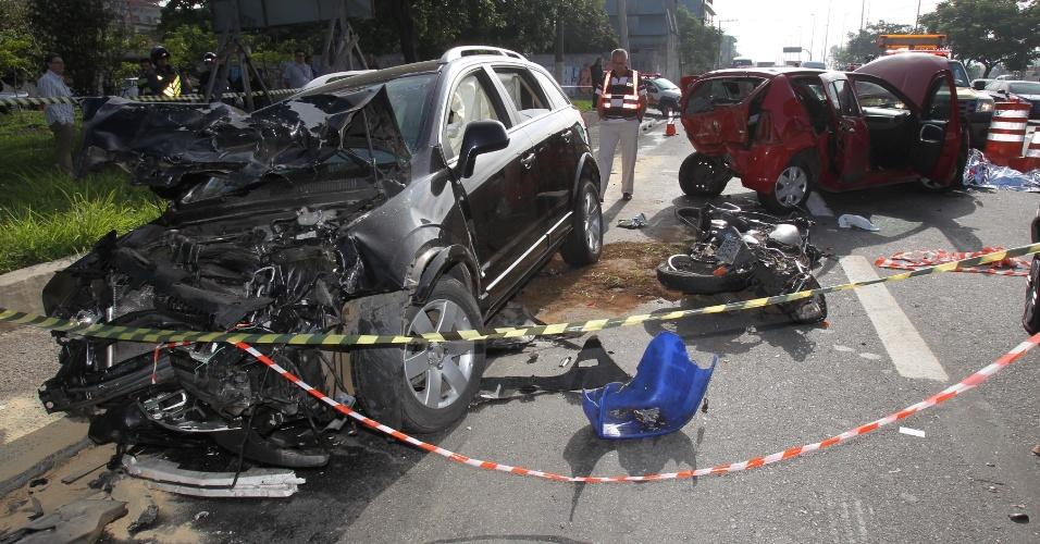 23.nov.2012 - Imagem mostra área interditada após acidente na marginal Tietê, próximo à ponte da Casa Verde, em São Paulo. Um motociclista morreu ao ser atingido por uma veículo que seguia supostamente em alta velocidade, na manhã desta sexta-feira(23). Após o impacto, o carro ainda bateu em outros três veículos. Outras três vítimas foram socorridas