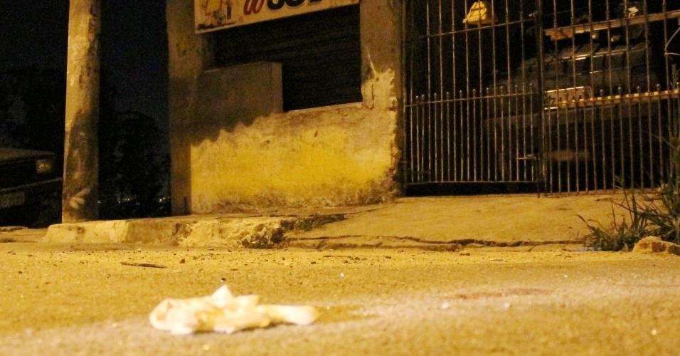 23.nov.2012 - Imagem mostra sangue na rua Corumbá, no Jardim Arujá, em Guarulhos (SP), onde policiais civis trocaram tiros com três suspeitos de praticar um sequestro relâmpago em Itaquaquecetuba (SP)