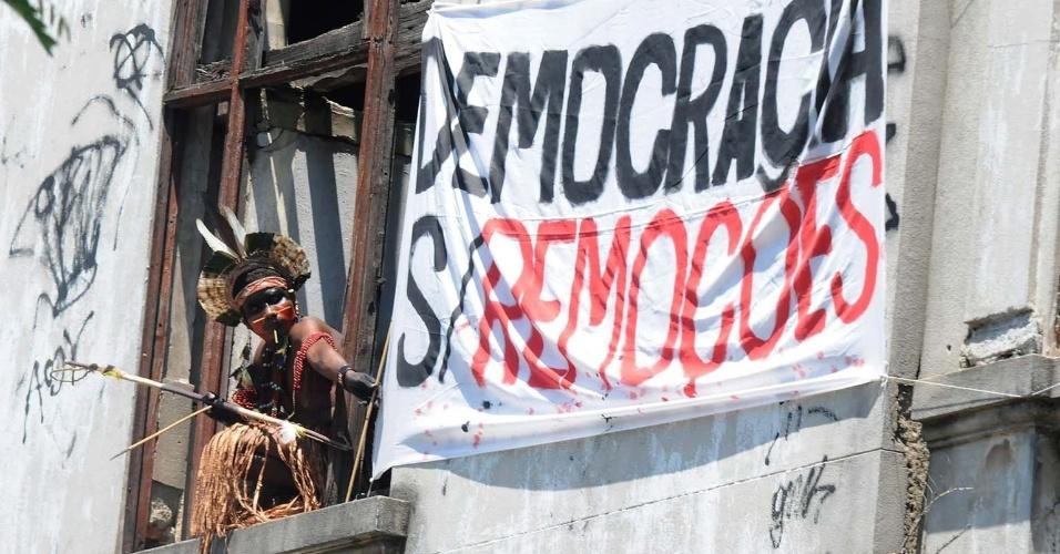 23.nov.2012 - Índio pataxó protesta contra possível remoção do Museu do Índio para obras da Copa do Mundo, durante coletiva de imprensa no local, nesta sexta-feira (23) no Rio de Janeiro