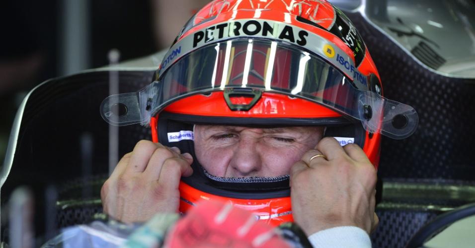 23.nov.2012 - Michael Schumacher, da Mercedes, faz careta ao ajeitar o capacete durante os treinos livres para o GP do Brasil