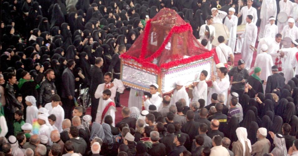 23.nov.2012 - Muçulmanos xiitas participam da celebração da Ashura, na cidade sagrada de Karbala (Iraque) nesta sexta-feira (23). A data marca a morte do Imã Hussein, neto do profeta Maomé