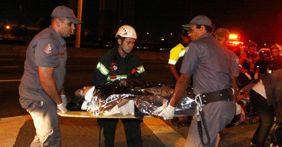 23.nov.2012 - Mulher ferida é socorrida pelo Samu após acidente envolvendo dois veículos na marginal Pinheiros, em São Paulo (SP)