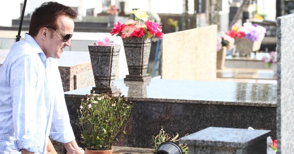 23.nov.2012 - O contraventor Carlos Augusto Ramos, o Carlinhos Cachoeira, visita o túmulo da mãe em Anápolis (GO), nesta sexta-feira (23). Maria José de Almeida Ramos faleceu em abril, quando Cachoeira estava preso. Ele foi solto na quarta-feira (21)