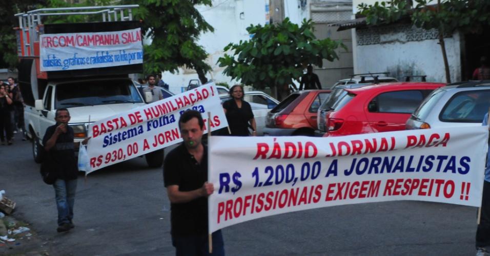 23.nov.2012 -  O Sinjope (Sindicato dos Jornalistas Profissionais de Pernambuco) e o Sindicato dos Gráficos convocaram profissionais de comunicação, estudantes e professores de jornalismo, para um grande ato de protesto em favor de novo acordo salarial,  nesta sexta-feira (23)