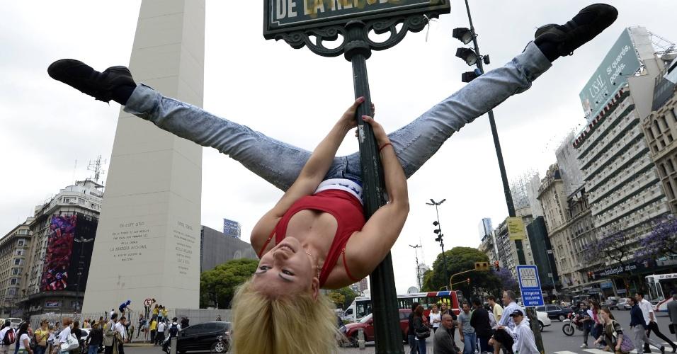 23.nov.2012 - Participante do concurso Pole Dance South America 2012 se apresenta na praça da República em Buenos Aires, nesta sexta-feira (23)