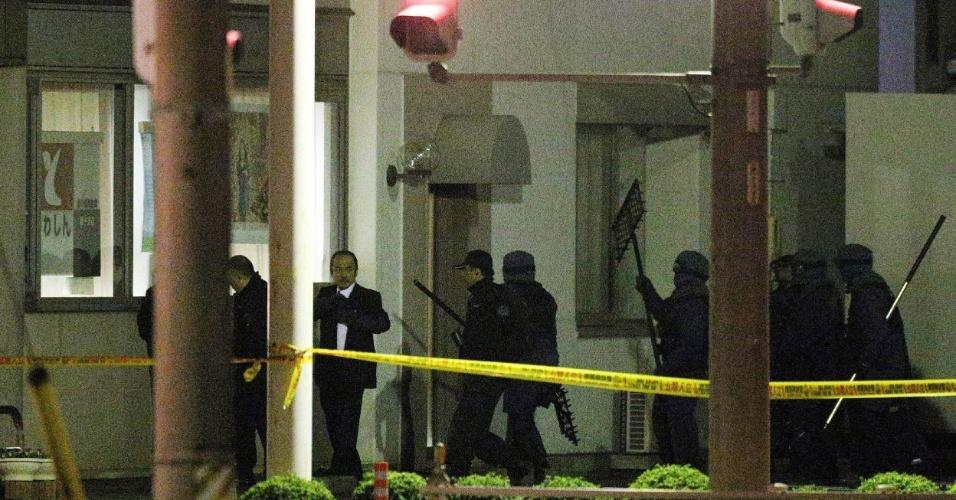 23.nov.2012 - Policiais japoneses resgatam quatro pessoas que foram mantidas reféns no banco Toyokawa Shinkin, na cidade de Toyokawa (Japão), por mais de 12 horas