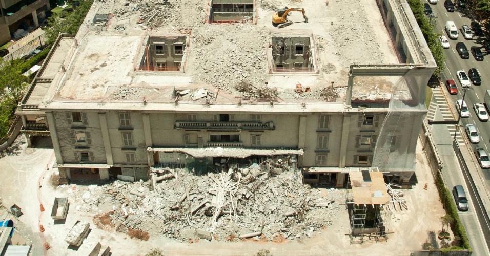 23.nov.2012 - Simbolo de riqueza e luxo, o prédio da Villa Daslu está sendo parcialmente demolido. O andar térreo será reformado para receber restaurantes, e os outros pavimentos serão transformados em estacionamento suspenso