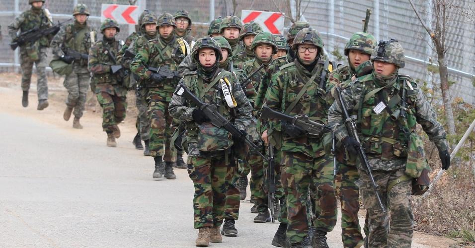 23.nov.2012 - Soldados sul-coreanos marcham em exercício para recordar, nesta sexta-feira (23), o bombardeio feito pela Coreia do Norte em uma ilha próxima da disputada fronteira marítima, em 2010. Este foi o incidente mais grave deste tipo desde o fim da Guerra da Coreia (1950-53)