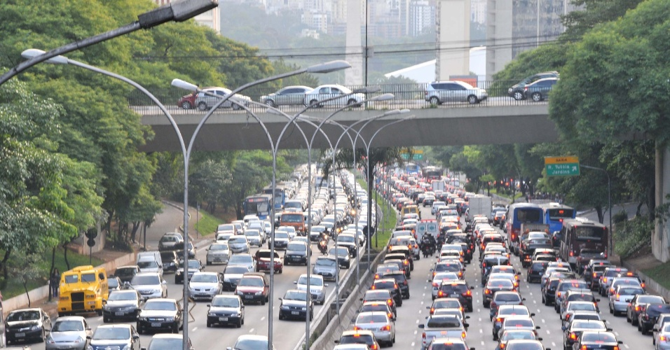 23.nov.2012 -   Trânsito intenso  no corredor norte e sul, completamente congestionado nos dois sentidos da avenida 23 de Maio, em São Paulo, nesta sexta-feira (23)