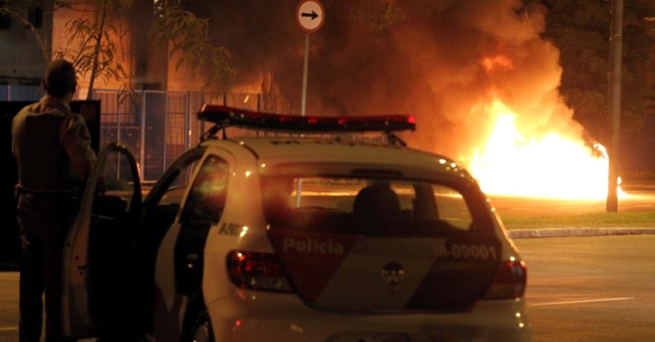 23.nov.2012 - Um veículo foi incendiado na noite de quinta-feira (22) por manifestantes que ocupavam um terreno abandonado na Avenida Zaki Narchi, em Santana, zona norte da capital paulista. Policiais militares realizavam uma ação de reintegração de posse