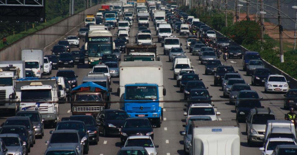 23;nov.2012 - Veículos avançam lentamente na marginal Pinheiros nesta sexta-feira (23), altura da ponte Cidade Universitária, zona oeste de São Paulo