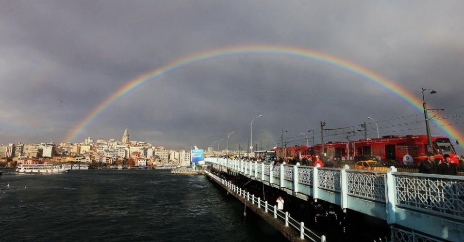 23.nov.2012 -  Vista da ponte Galata em meio a arco-íris no céu de Istambul, na Turquia, nesta sexta-feira (23)