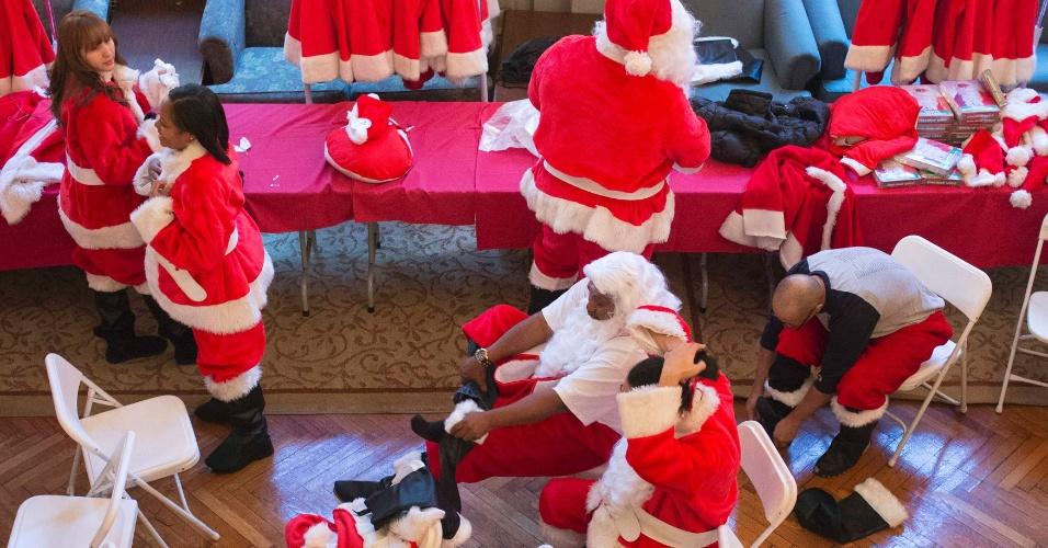 23.nov.2012 - Voluntários se vestem como papai noel para a 110ª Desfile Anual do Papai Noel, em Nova York nesta sexta-feira (23). Quase 50 pessoas vão se fantasiar durante o evento, que busca levantar fundos para instituições de caridade