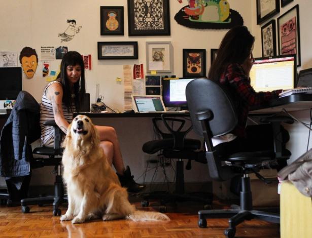 Vanessa Queiroz e a golden retriver Bumi no Estúdio Colletivo; até os clientes se derretem pelos animais
