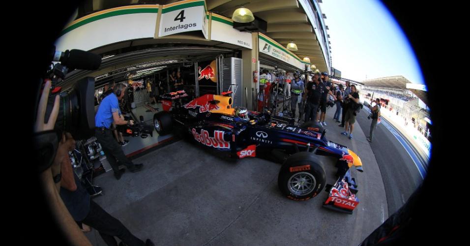 23.nov.2012 - Câmera flagra a saída de Sebastian Vettel dos boxes para a pista em Interlagos, no primeiro treino livre para o GP Brasil