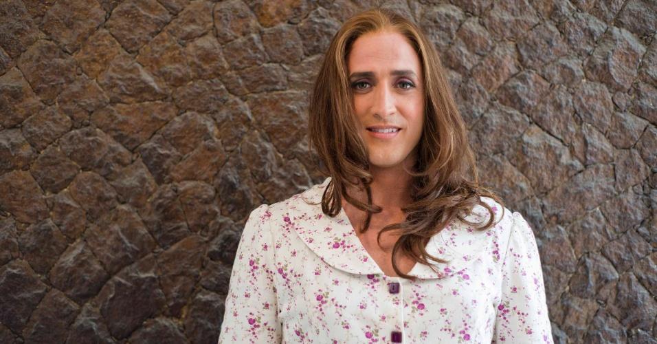 Caracterizado como Dona Hermínia, o ator Paulo Gustavo posa nos bastidores de filmagem de