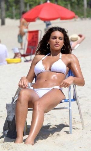 Débora Nascimento exibe barriga chapada durante gravação de comercial na praia de Ipanema, na zona sul do Rio (23/11/2012)