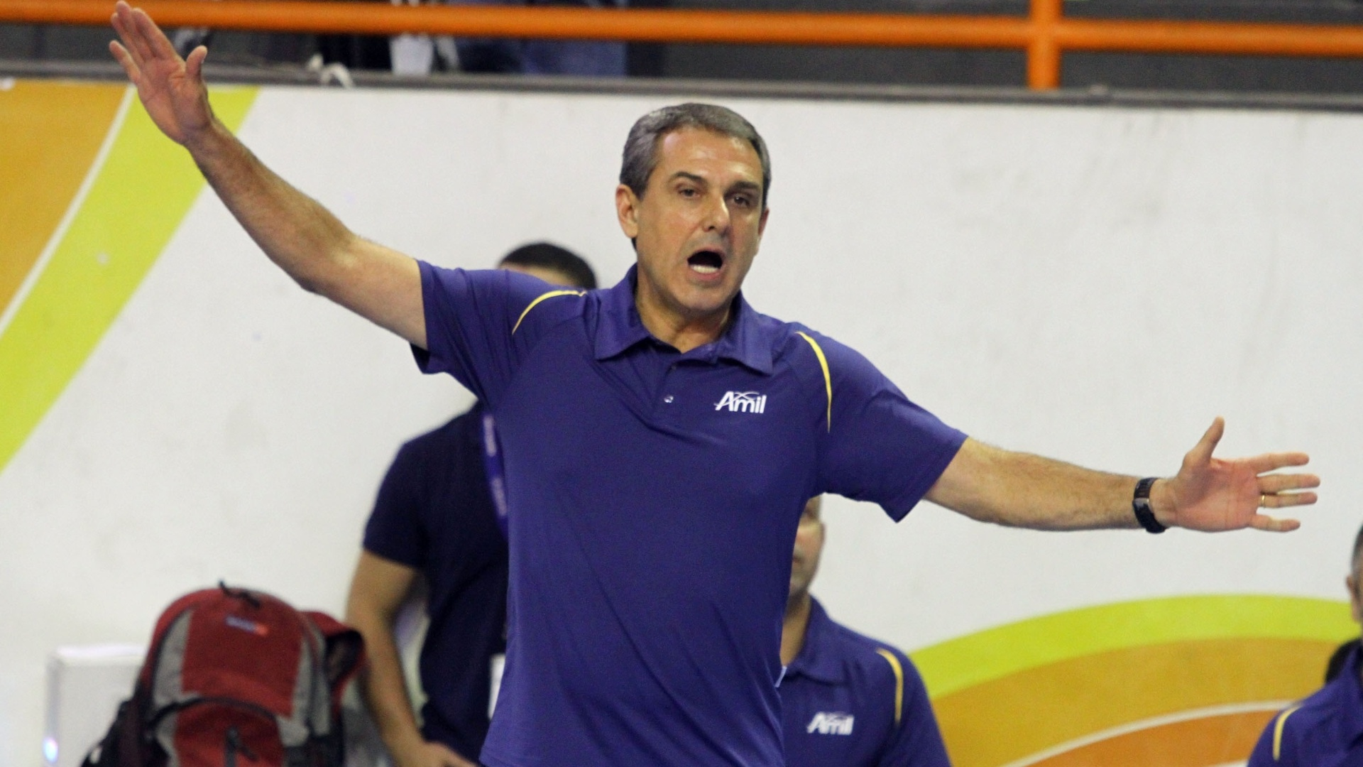 José Roberto Guimarães, técnico do Vôlei Amil, gesticula com a sua equipe durante a partida contra o Sollys/Nestlé
