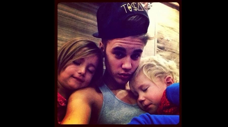 Justin Bieber divulgou uma imagem onde aparece ao lados dos irmãos Jaxon (no colo) e Jazmyn (23/11/12)