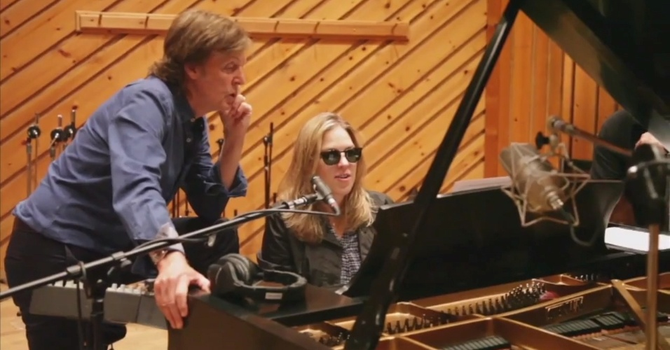 Paul McCartney e Diana Krall durante gravação do vídeo natalino