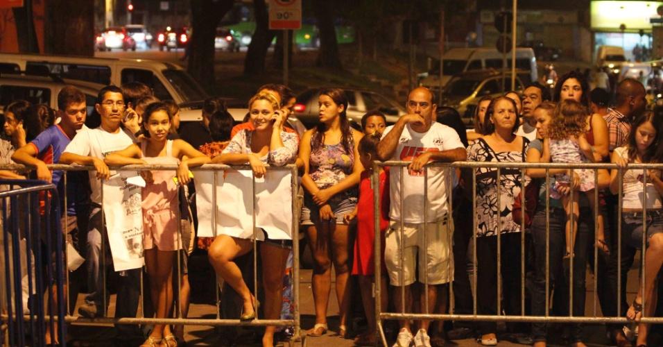 24.nov.2012 - Curiosos aguardam o resultado do júri do caso Eliza Samudio na madrugada deste sábado (24), do lado de fora do fórum Pedro Aleixo, em Contagem (MG)