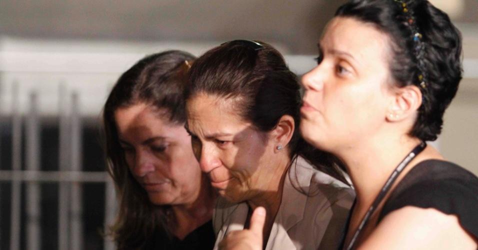 24.nov.2012 - Emocionada, Sonia Samudio (ao centro), mãe de Eliza, deixa o fórum Pedro Aleixo, em Contagem (MG), amparada, após ouvir a sentença do júri, na madrugada deste sábado (24).