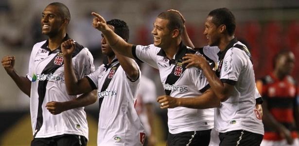 24.nov.2012 - Jogadores do Vasco comemoram gol marcado pelo zagueiro Nilton (centro) na partida contra o Flamengo, no Engenhão, pelo Campeonato Brasileiro