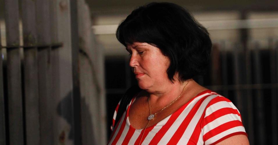 24.nov.2012 - Luciene Ferreira Romão, mãe de Macarrão, deixa o fórum Pedro Aleixo, em Contagem (MG), na madrugada deste sábado (24).
