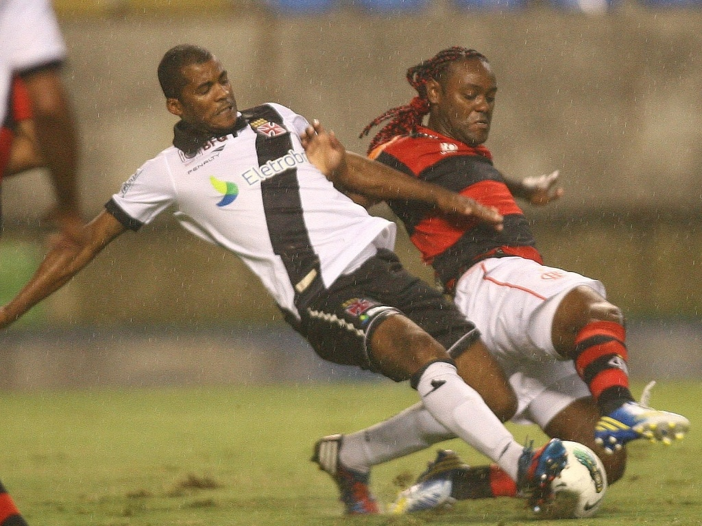24.nov.2012 - Renato Silva (esq.), zagueiro do Vasco, disputa a bola com Vagner Love, do Flamengo, em partida do Campeonato Brasileiro, no Engenho