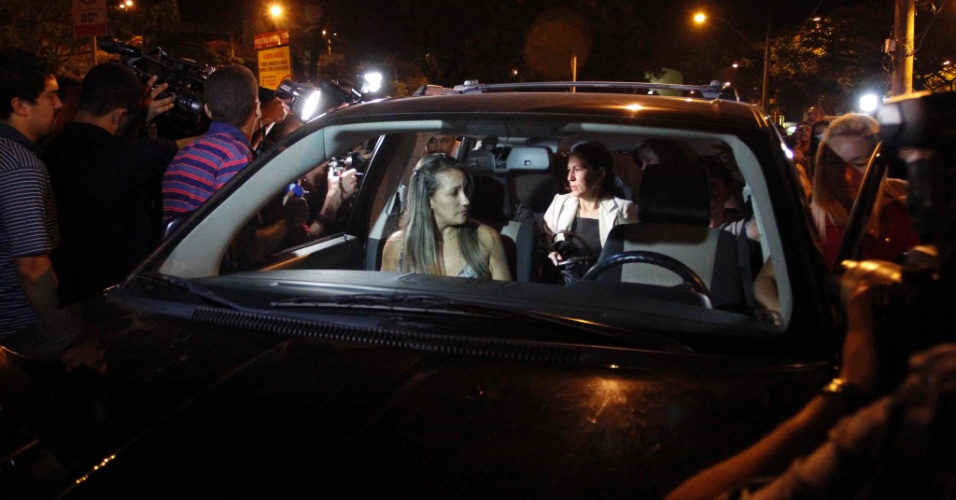 24.nov.2012 - Sonia Samudio (mãe de Eliza) deixa o fórum Pedro Aleixo, em Contagem (MG), na madrugada deste sábado (24).
