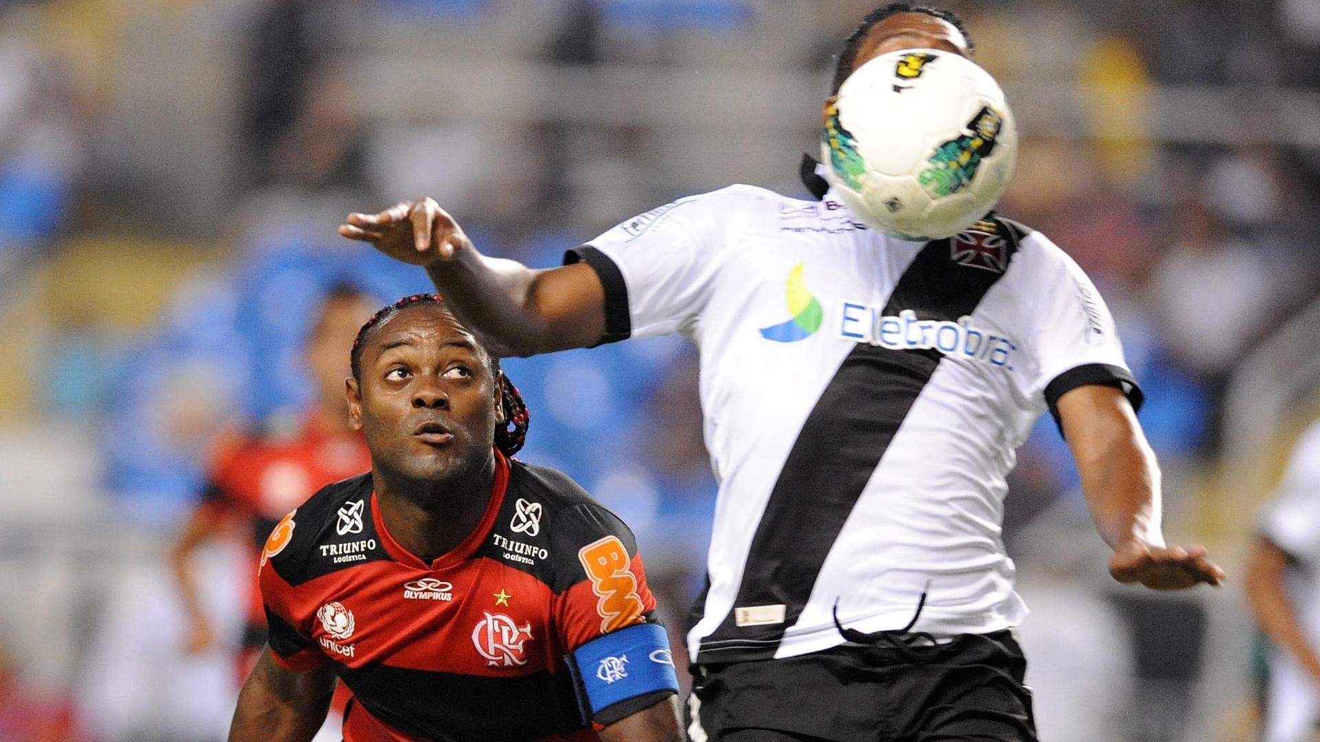 24.nov.2012 - Vágner Love (esq.), atacante do Flamengo, acompanha a jogada na partida contra o Vasco, no Engenhão, pelo Brasileirão