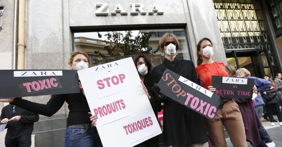 24.nov.2012 Manifestantes do Greenpeace protestam, em Paris, contra o suposto uso de substancias tóxicas pela marca de roupas espanhola Zara na fabricação de suas roupas