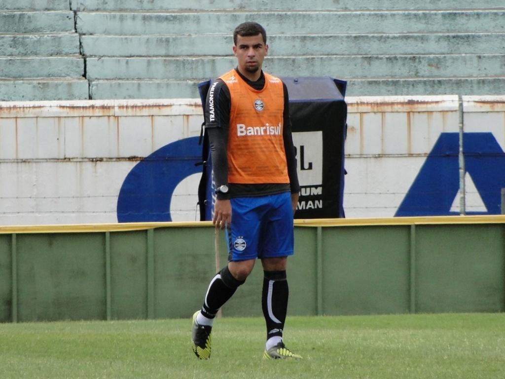 Centroavante André Lima no treinamento recreativo do Grêmio no gramado do estádio Olímpico antes de enfrentar o Figuirense (24/11/2012)