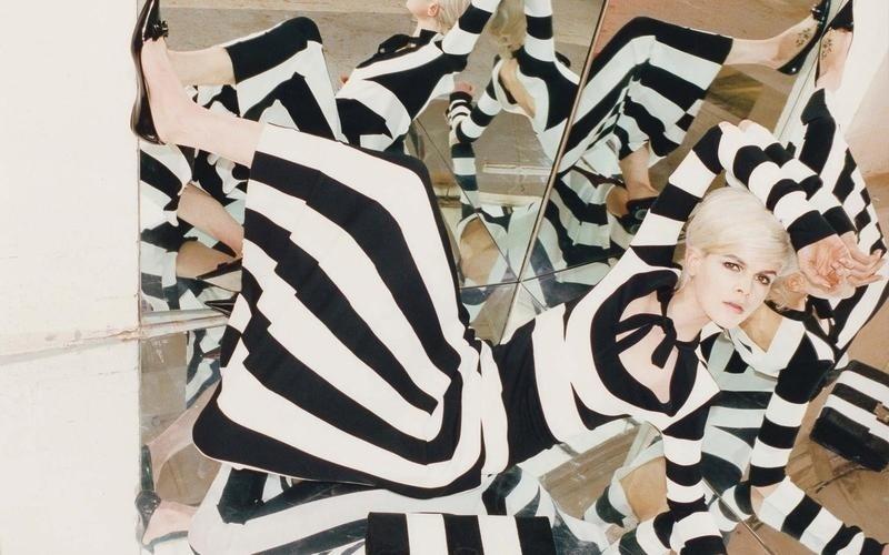 Novembro: A Marc Jacobs brincou com efeitos de óptica para a campanha de Verão 2013. O vestido listrado usado pela top Ruby Jean Wilson se confunde nos reflexos dos espelhos