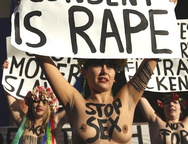 25.nov.2012 - Ativistas feministas do grupo Femen protestam em frente ao bordel Pascha, o maior da Europa, na cidade alemã de Colônia. No cartaz, se lê, em inglês,