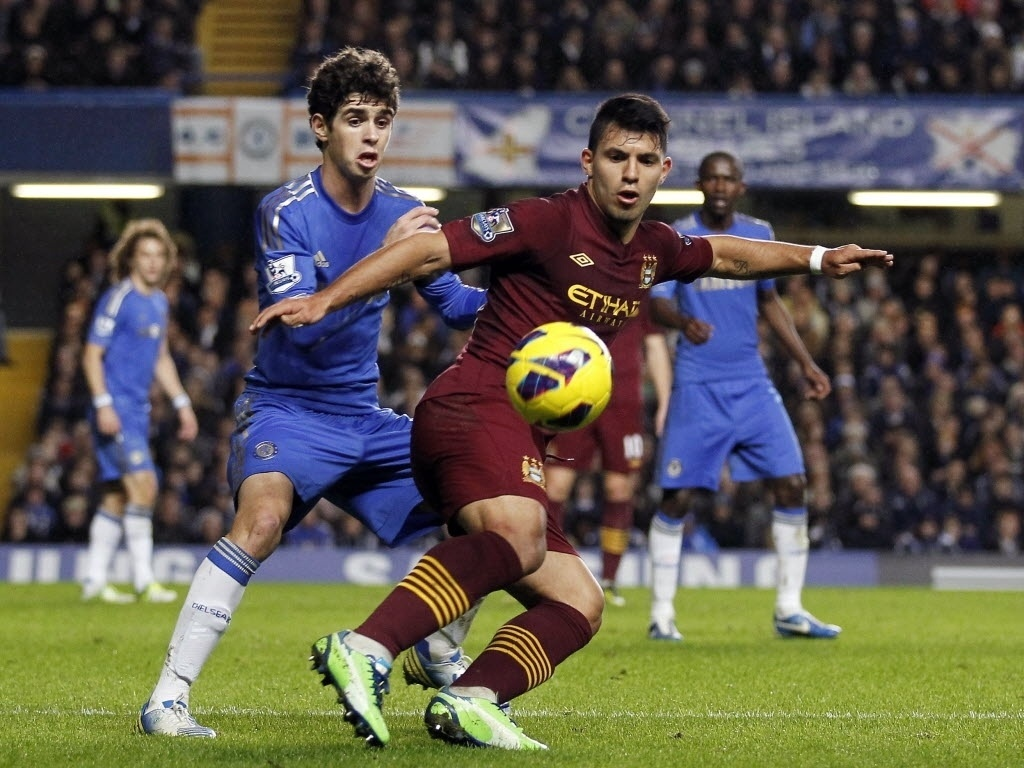 25.nov.2012 - Oscar (esq.), meia da seleo brasileira e do Chelsea, disputa a bola com Sergio Aguero, do Manchester City, em partida do Campeonato Ingls