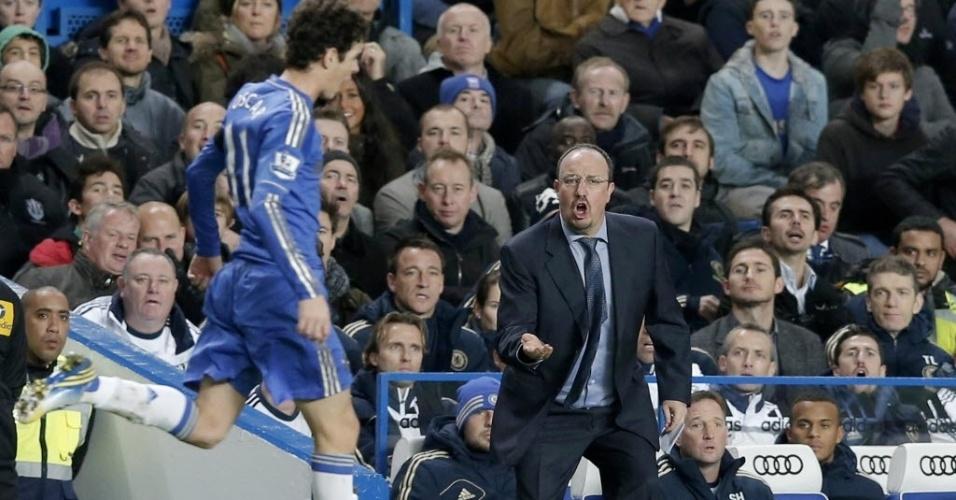 25.nov.2012 - Rafa Benitez, que não foi bem recebido na sua estreia pelo Chelsea, grita com o meia brasileiro Oscar na partida contra o Manchester City, pelo Campeonato Inglês