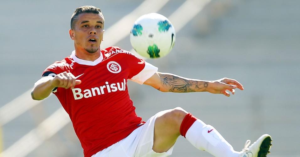 25.nov.2012-D'Alessandro, do Internacional, tenta dominar a bola durante jogo contra a Portuguesa no Beira-Rio