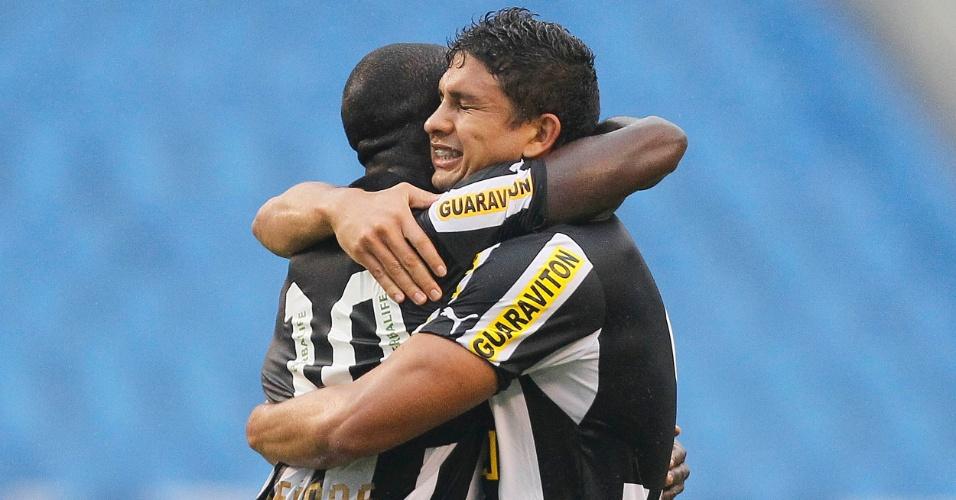 25.nov.2012-Elkeson abraça Seedorf após marcar para o Botafogo na partida contra o Atlético-MG no Engenhão