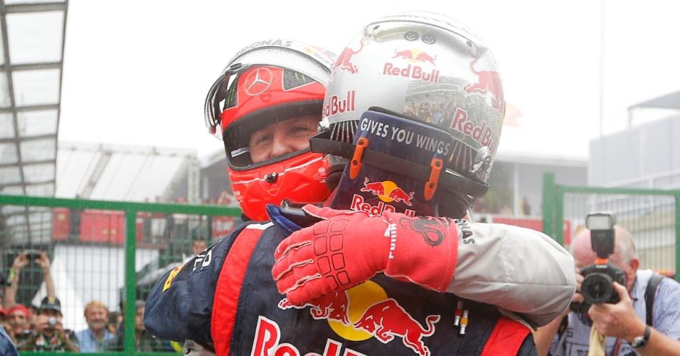 Campeão após o sexto lugar no GP do Brasil, Sebastian Vettel é abraçado pelo compatriota Michael Schumacher